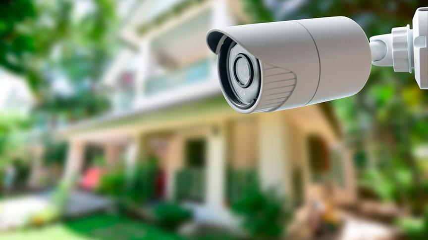 cámara de vigilancia exterior blanca en el jardín